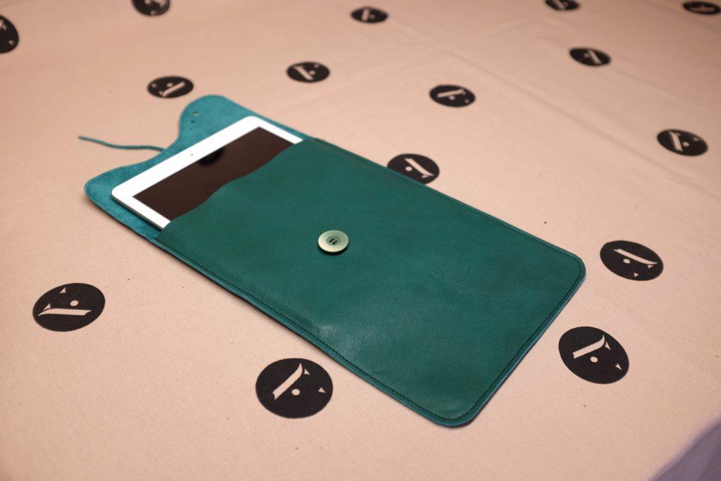 pochette-a-tablette-ipad-cuir-fait-main-artisanat-02