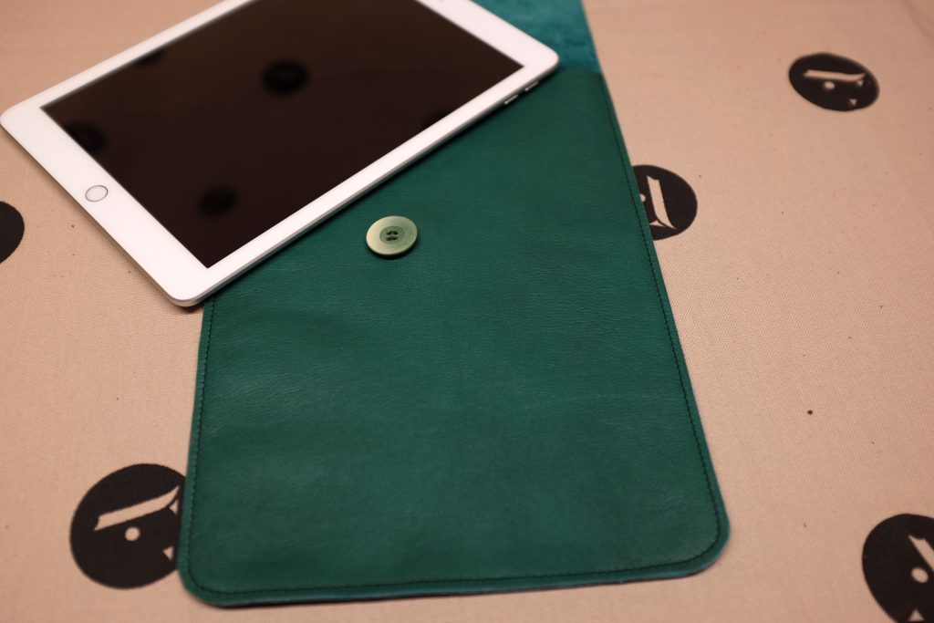 pochette-a-tablette-ipad-cuir-fait-main-artisanat-03